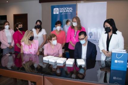 Nacional Seguros dona tablets y  p贸lizas de seguro a DAVOSAN