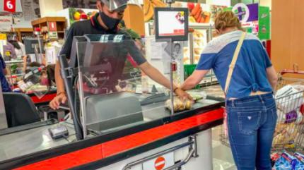 Pago con d茅bito se acerca al efectivo en compras en supermercados